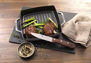 STAUB quadaratische Grillpfanne mit einem ZWILLING Steakmesser