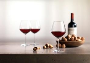 Weingläser mit Rotwein gefüllt