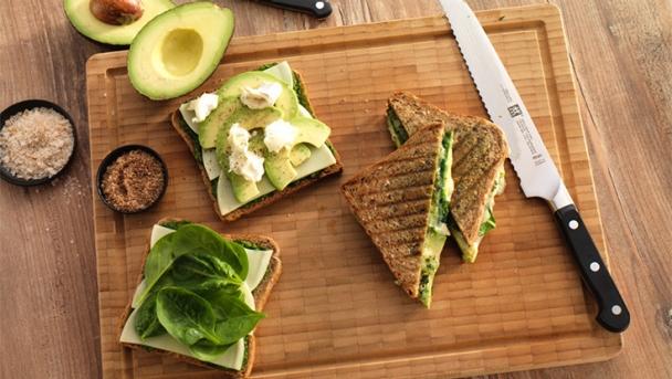 Pesto-Avocado-Sandwich mit Ziegenkäse