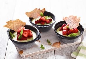Basilikum-Quark-Parfait mit marinierten Erdbeeren