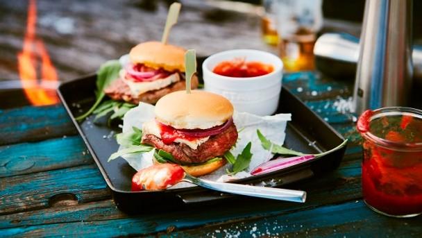 Steakburger mit Tomaten und roten Zwiebeln