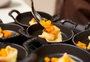 Handgemachte Kürbisravioli mit brauner Butter und Amarettini