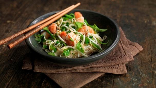 Kanesu-Nudeln mit Gemüse und Garnelen
