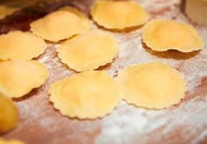 Handgemachte Ravioli mit pecorino liquido und Zitronenbutter