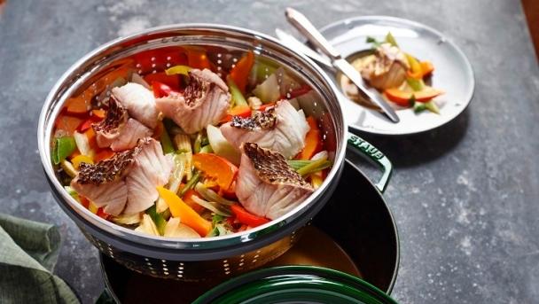 Gedämpfte Red Snapper mit buntem Gemüse und Curry-Kokos-Sud