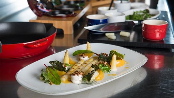 """Bruchsaler Stangenspargel gegrillt mit Pfirsich, karamellisierten Sonnenblumenkernen, Ziegenfrischkäse und Keltenhofer """"Super Food Mix"""" Salat"""