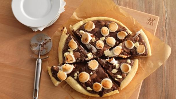 Süße Pizza mit Schokoladencreme und Marshmallows