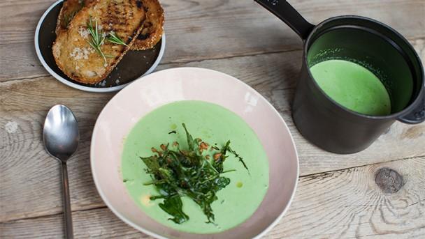 Suppe und Crunch vom Ruccola mit gebackenen Krabben