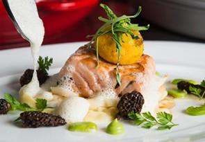 Tagliatelle von Spargel mit gebackenem Eigelb, Frühlingskräuter, Morcheln, Saubohnen und Färöer Lachs
