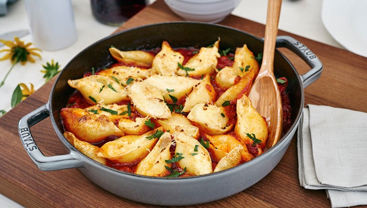 076_gratinierte-Muschelnudeln-mit-Kaesefuellung-auf-Tomaten-Kompott