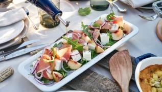 087_Salat-von-Weinberg-Pfirsichen-mit-Schinken-Schafskaese-und-Rucola