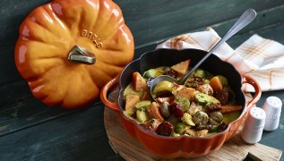 STAUB Rezept Herbstliches Gemüse-Kürbis-Curry mit Maronen und Chorizo