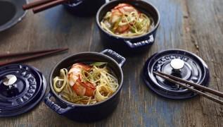 STAUB Rezept Würzige Asia-Nudelsuppe mit Garnelen