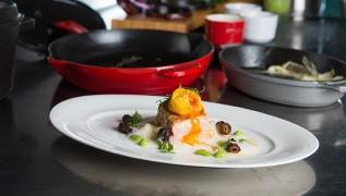Tagliatelle von Spargel mit gebackenem Eigelb, Frühlingskräuter, Morcheln