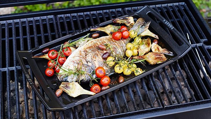 staub_rezept_dorade-im-ganzen-gebraten-mit-artischocken-und-tomaten