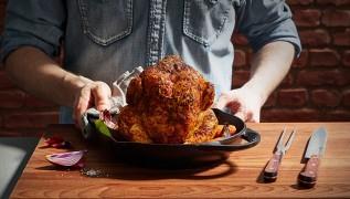 staub_aktion_maennerkochen_how-to-chickenroaster_01