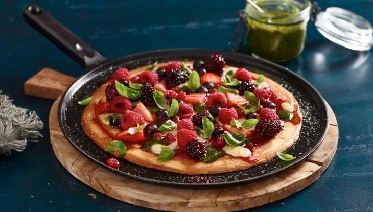 receta de cocina staub pizza dulce con frutas del bosque y albahaca