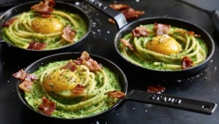 STAUB Recette - Oeufs frits aux herbes, macaroni et bacon