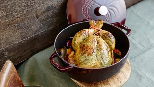 Staub recette - poulet entier braisé farci sous peau