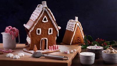 Happy_Holidays_USA_Gingerbread-House_01_736x415