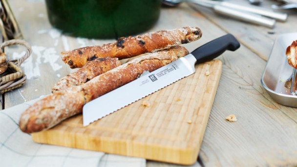 zwilling_cutlery_fourstar_breadknife_lifestyle_736_415